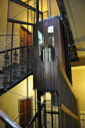 Magnifico Messere: Old style elevator
