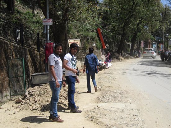 Mussourie Resort Area: Dusty & Rugged up Mall Road