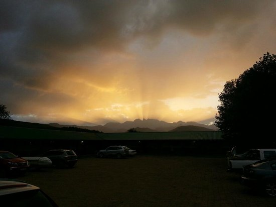 Bushmans Nek Berg & Trout Resort: Sunset view from the chalet