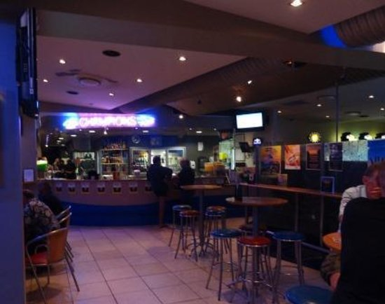 Surfers Paradise Surf Life Saving Club: Restaurant inside and bar