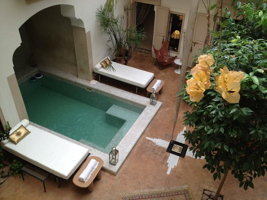 Riad Al Massarah: View of the courtyard from 1st floor terrace