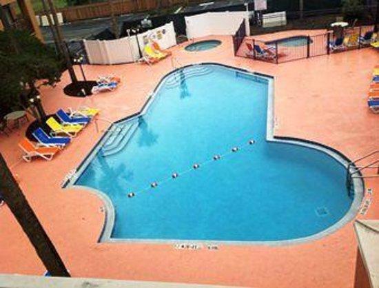 Ramada Kissimmee Downtown Hotel: beautiful sparkling pool, jacuzzi,kids pool