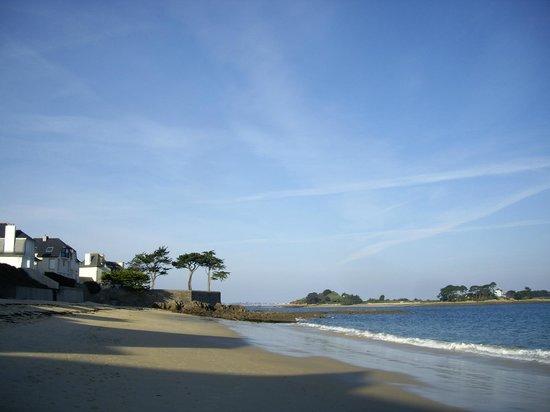 Villa des Pins : La plage à proximité de la villa, l'ile Calot en fond