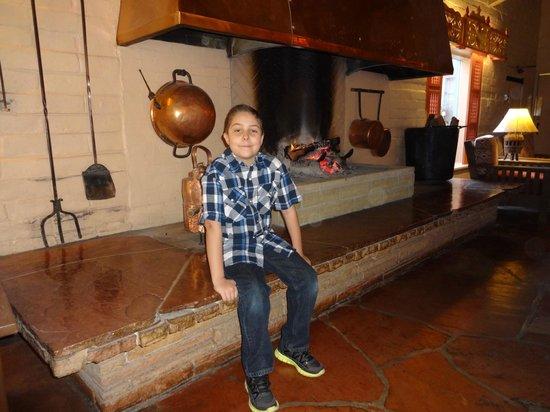 Rancho de los Caballeros: Cozy Fireplace
