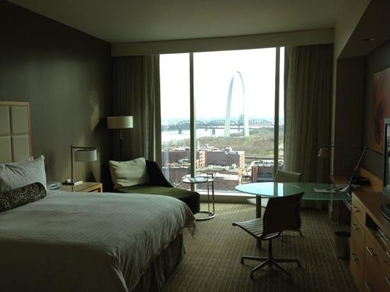 Four Seasons Hotel St. Louis: Nicely appointed rooms.