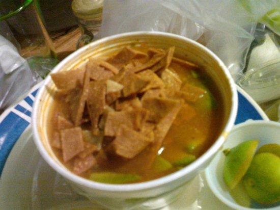 Super Salads : Sopa sin queso con toritllas quemadas y limones viejos y aparte una ensalada con el pollo crudo