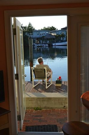 Shipwreck Motel : we could fish right outside our room