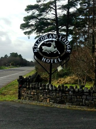 Kilcoran Lodge Hotel: Distinctive Road-side Sign