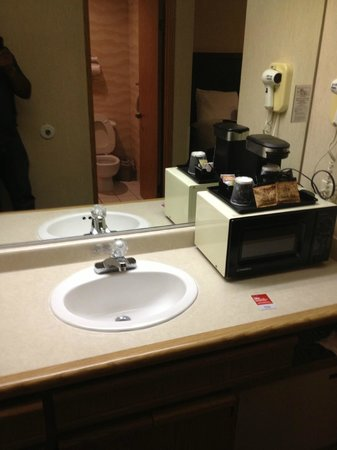 Hilltop Suites Hotel: Sink outside of the bathroom