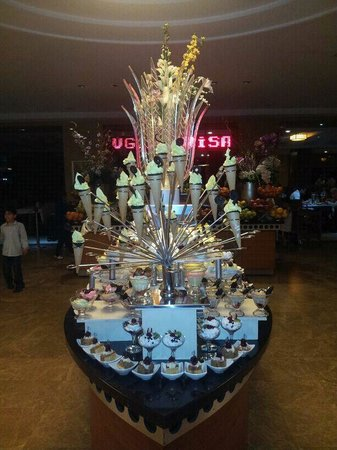 Bera Hotel Alanya : ice cream ship full of desserts
