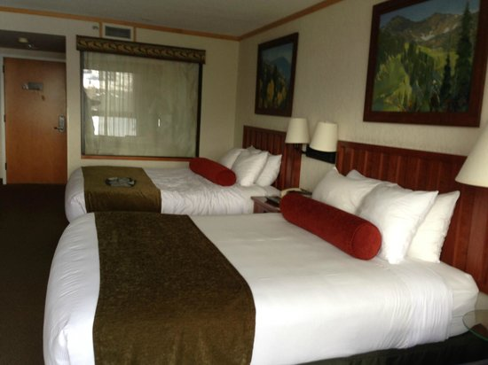 The Cliff Lodge & Spa: Two double bedded room.  Glass window at the far end is to the tub.