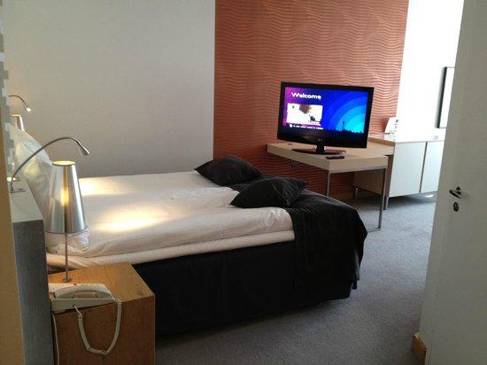 Radisson Blu Hotel, Malmo : bed and tv