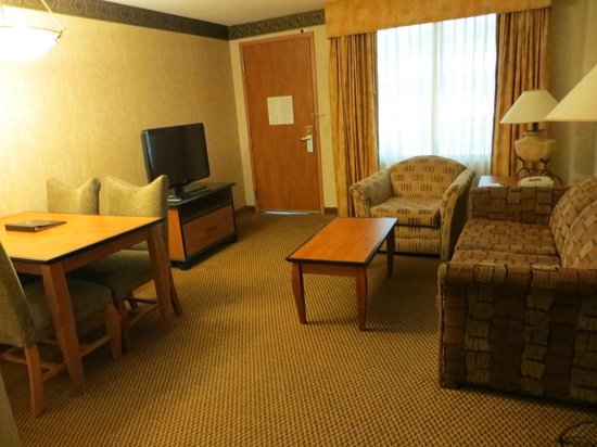 Embassy Suites by Hilton Anaheim South : Dining and living room