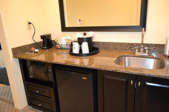 Hampton Inn and Suites Mt Juliet: Refridgerator and coffee maker with sink