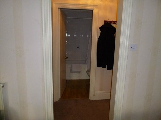 Lincoln House Private Hotel: Looking towards the en-suite, bath & shower