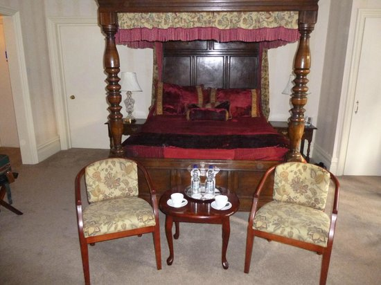Lincoln House Private Hotel: Four Poster bed