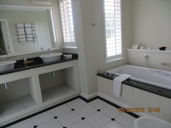 فورودن هوتل آند سبا: bathroom with a view.