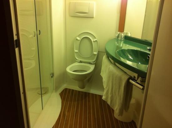 Ibis Genève Aéroport : Bathroom
