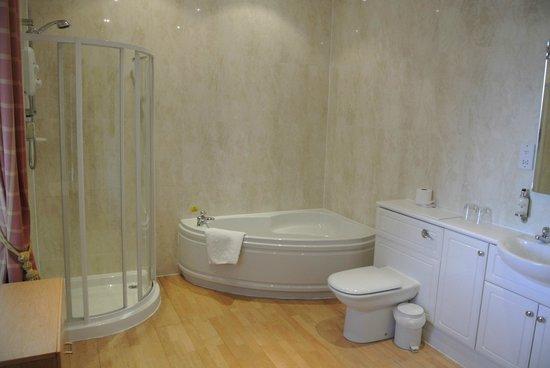 Leapark Hotel: de badkamer in ons hotel ,ruim en luxe
