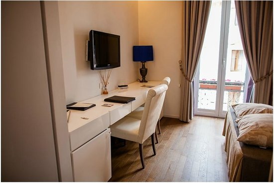 Roma Boutique Hotel: Room, TV/desk area