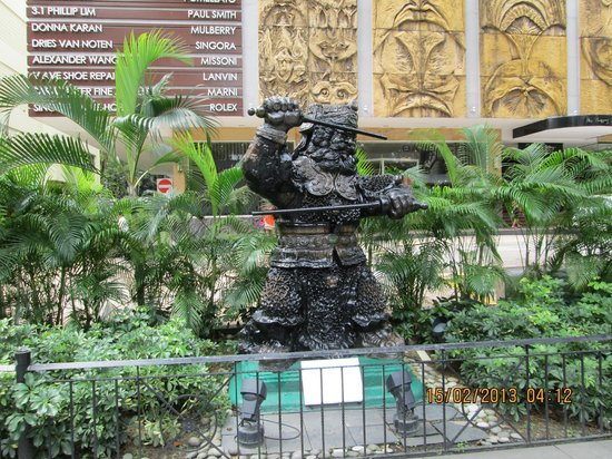 Hotel Miramar: Statue of a warrior on Orchard Road