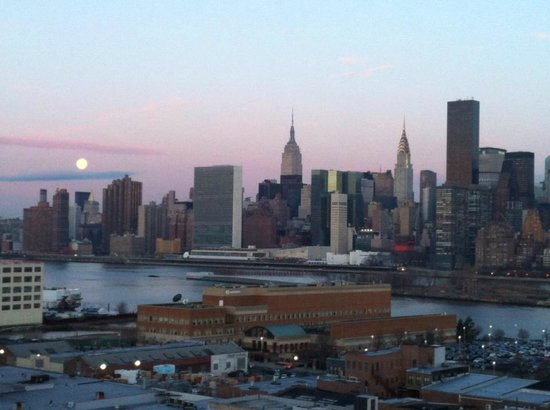 Z NYC Hotel : Sunrise view from roof with moon still in sky