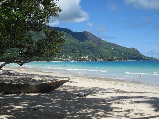 Romance Bungalows : Beach across the hotel