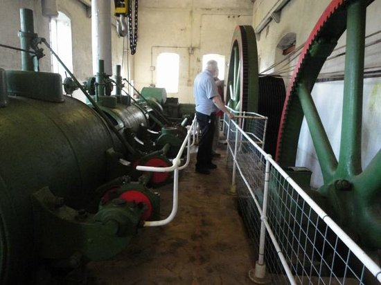 Kidwelly Industrial Museum: Malcolm showin the horizontal compound steam enging