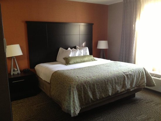 Staybridge Suites Hamilton - Downtown: Bed area