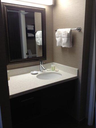 Staybridge Suites Hamilton - Downtown: Bathroom counter