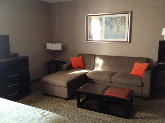 Staybridge Suites Hamilton - Downtown: Living room area