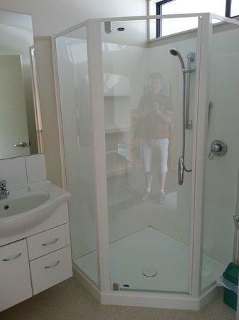 Alpine Glacier Motor Lodge : bathroom