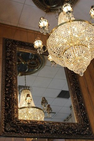 Salvatore's Garden Place Hotel, an Ascend Hotel Collection Member: Gorgeous chandelier