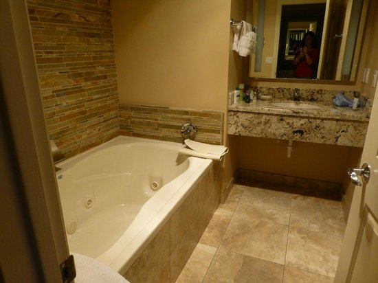 Best Western Plus Arroyo Roble Hotel & Creekside Villas: Whirlpool Tub!