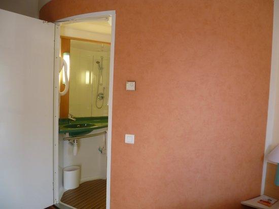 Ibis Honfleur : the Ibis bathroom pod