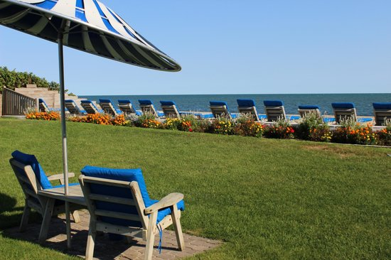 Surfcomber on the Ocean : Chairs with umbrellas when you need some shade