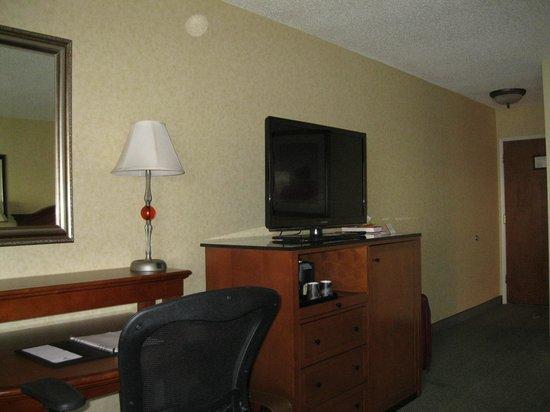 Red Lion Hotel Port Angeles: Desk/flat screen TV