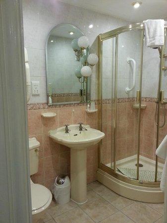 Doric Hotel: Walk in shower