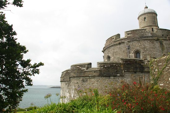 Right Round House B&B : St Mawes Castle, a short drive from Veryan