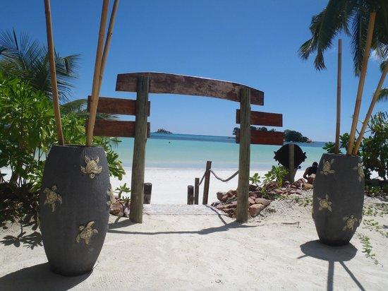 Le Duc de Praslin: entrée de la plage de l'hôtel
