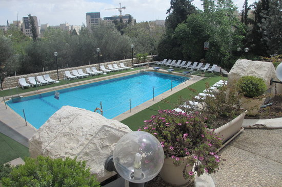 Leonardo Plaza Hotel Jerusalem: View of the swimming pool from the terrace
