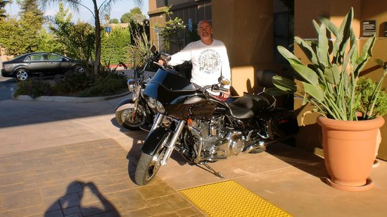 Hampton Inn Visalia: Outside Lobby ready to ride out