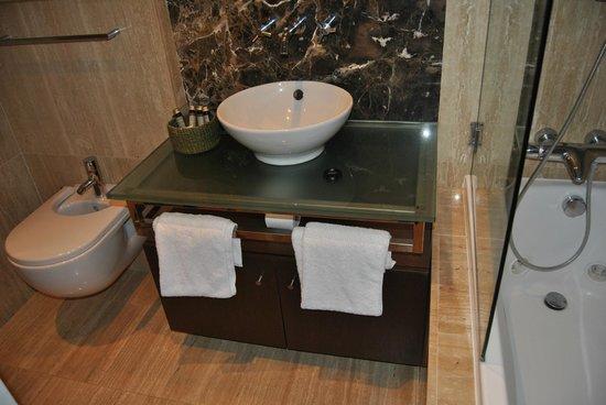 Monte Santo Resort: baño principal