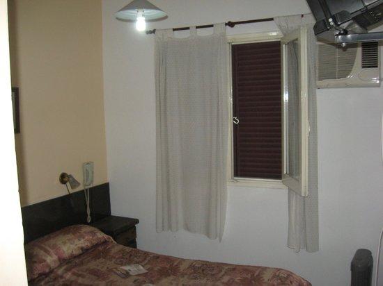 Hotel Vecchia Roma: fea...y el colchón desde que se inauguró el hotel no lo cambian!