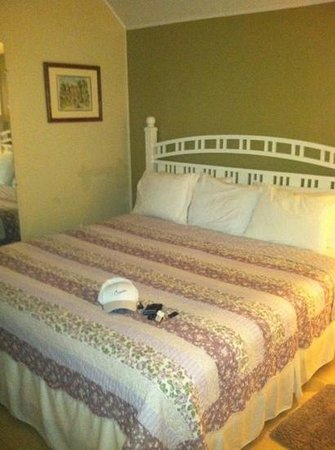 Blue Parrot Inn: king size bed was perfect!