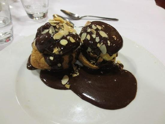 La Taverne des Ducs: Almond ice cream with chocolate sauce