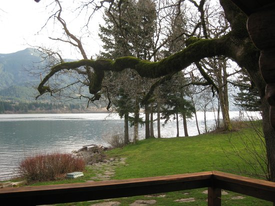 Columbia Gorge Riverside Lodge: View from the deck and hot tub