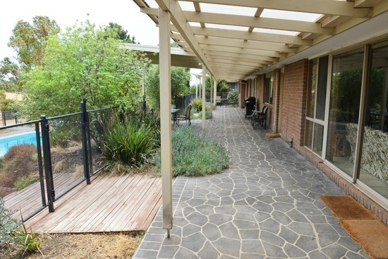 Red Rock Lodge: View along the front verandah from West Gueshouse