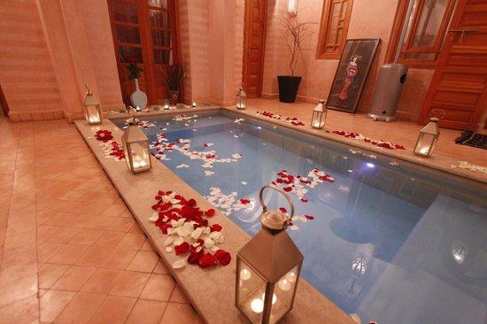Riad Mazaya: le bassin remplis de petales de roses