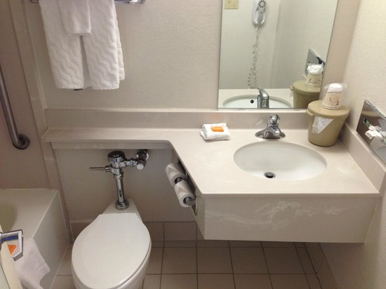 La Quinta Inn & Suites New Haven: Bathroom. Tiny and no fan. Their hand soap is good.